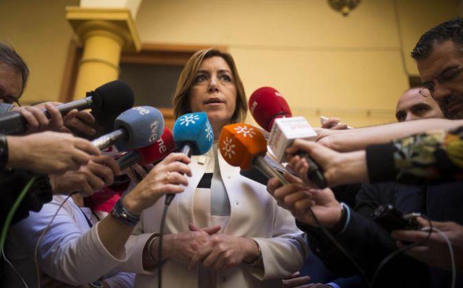 Susana Díaz atiende a los medios de comunicación, ayer, en la...