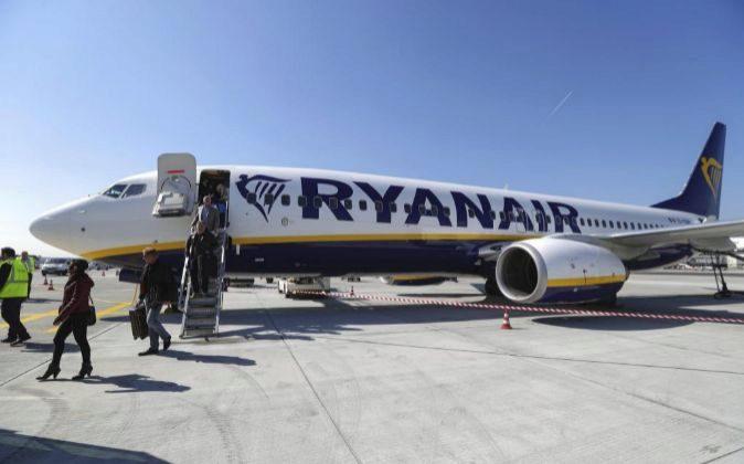 Pasajeros desembarcando de un avión de Ryanair en el aeropuerto...