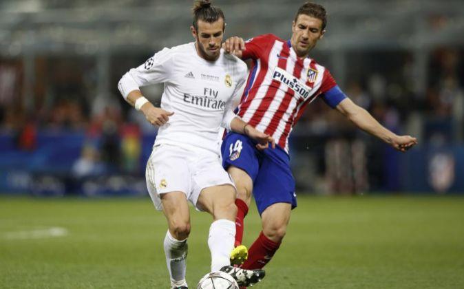 Gareth Bale y Gabi se disputan la posesión del balón.