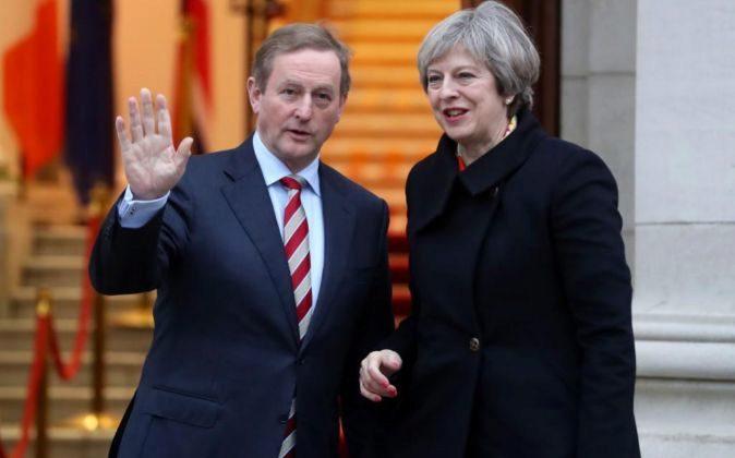 El primer ministro de Irlanda, Enda Kenny, y la primera ministra de...