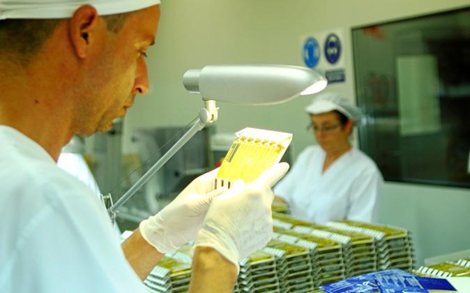 Francisco Coll observa unas ampollas en las instalaciones de...