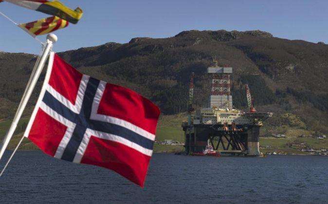 Imagen de una bandera de Noruega delante de instalaciones...