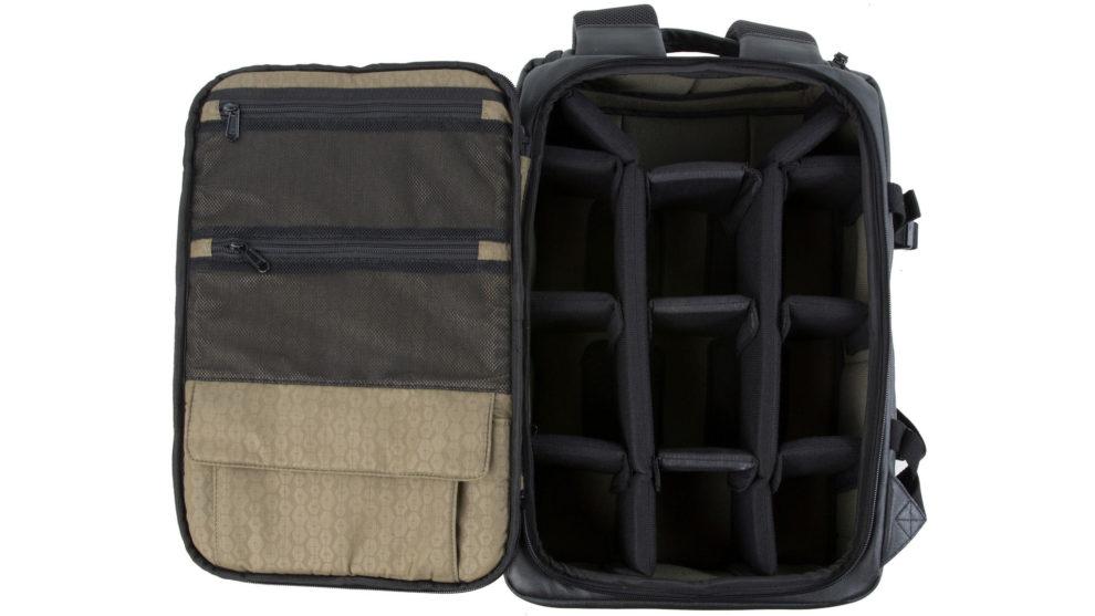 El interior de la mochila consta de un amplio compartimento...