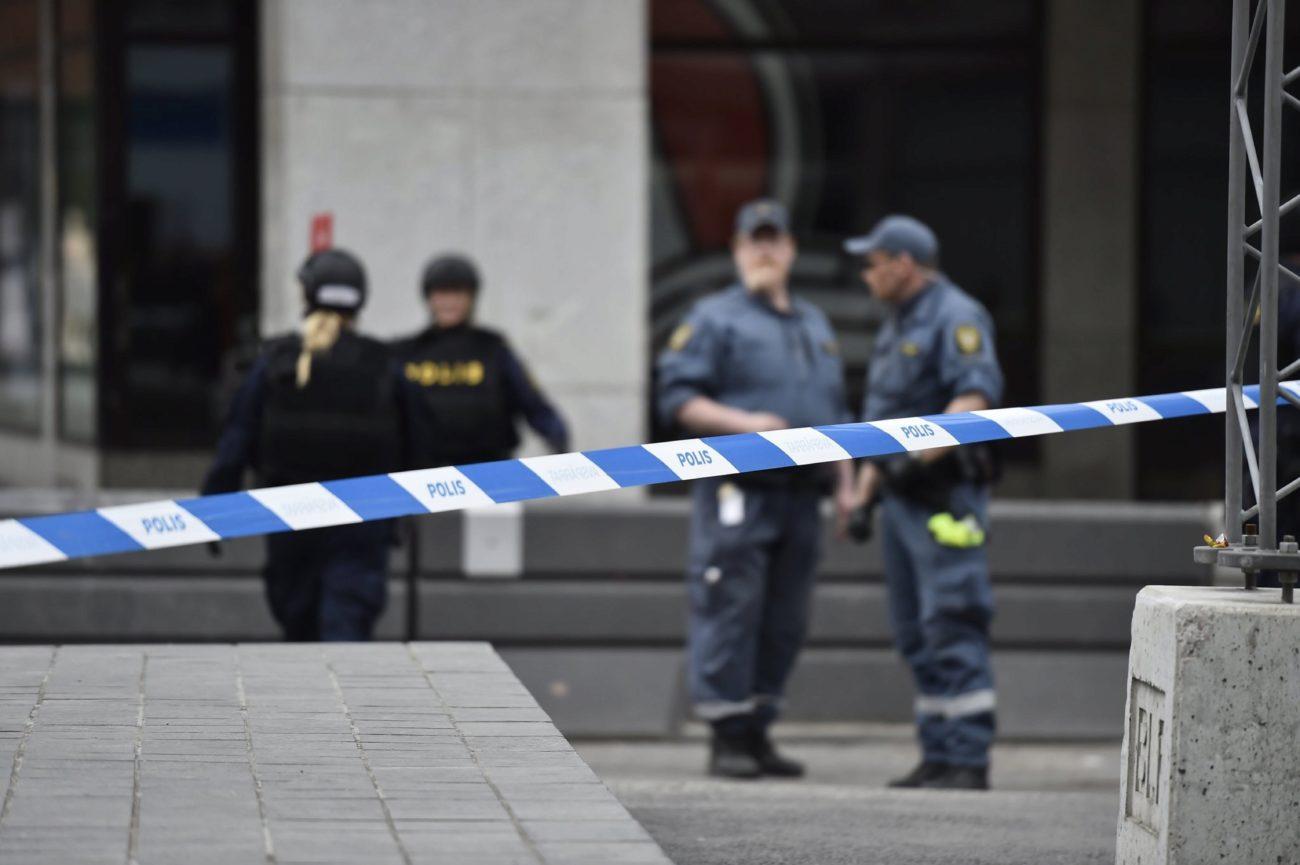 Miembros de la policía sueca acordonan la zona del atropello