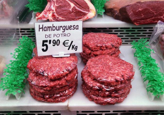 Hamburguesas de caballo, en una carnicería.