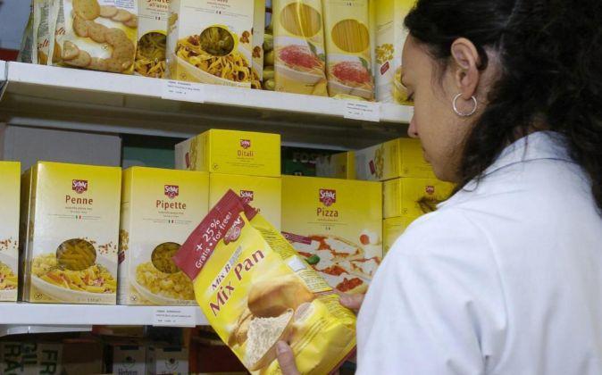 En la imagen, una mujer observa la composición de un paquete en una...