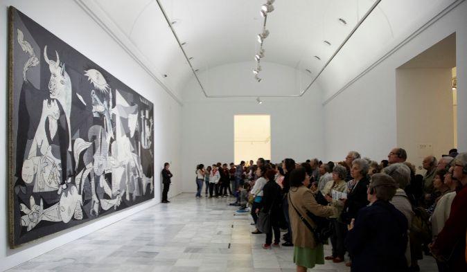 """Visitantes en la exposición """"Piedad y terror en Picasso: el..."""