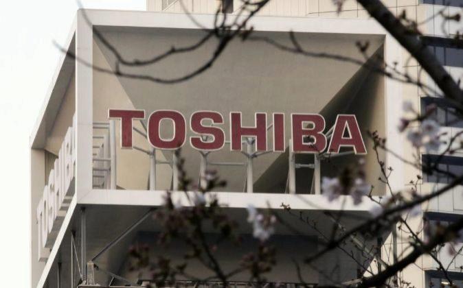 Vista del logotipo del gigante tecnológico nipón Toshiba en una sede...