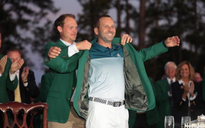 Sergio García, en el momento en el que recibe la chaqueta verde que...