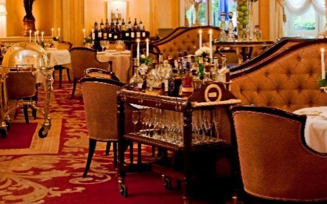 El Restaurante Goya mantiene la estética del resto del hotel. Con el...