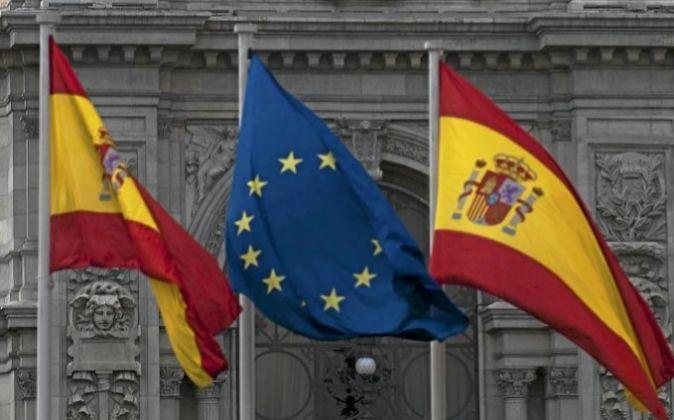 Bandera española y europea frente al Banco de España