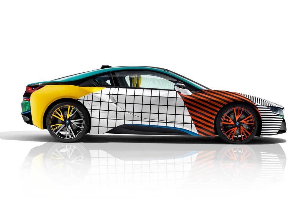 Las geometrías del movimiento Memphis bañan de color el  BMW i8, un...