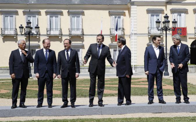 El presidente del Gobierno español, Mariano Rajoy (c), acompañado...