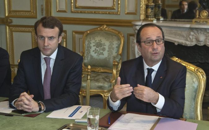 Emmanuel Macron junto a François Hollande.