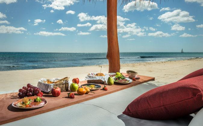 Uno de las tumbonas relax del nuevo VAVÁ playa en Sancti Petri.