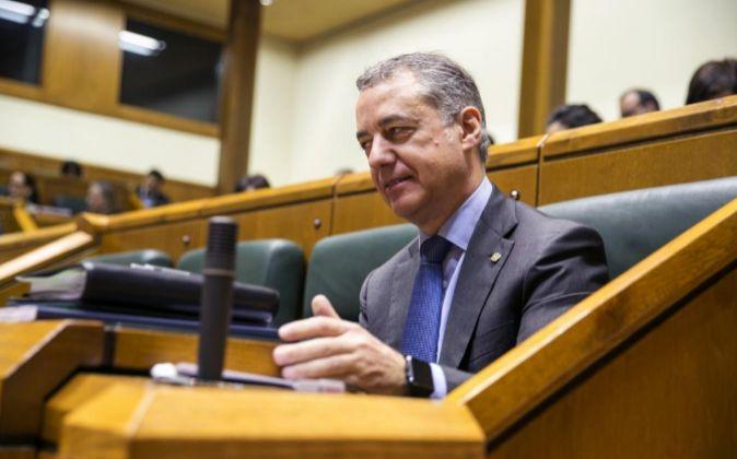 El lehendakari, Iñigo Urkullu, al inicio del pleno del Parlamento...