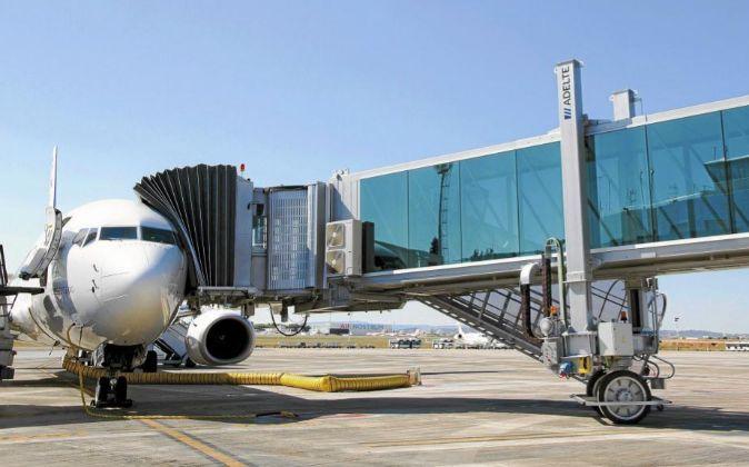 Un avión en el aeropuerto de Manises.