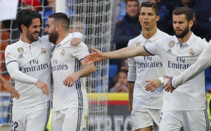 Los jugadores del Real Madrid tras celebrar un gol.
