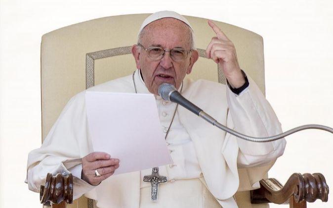 El papa Francisco en la plaza de San Pedro durante su audiencia...