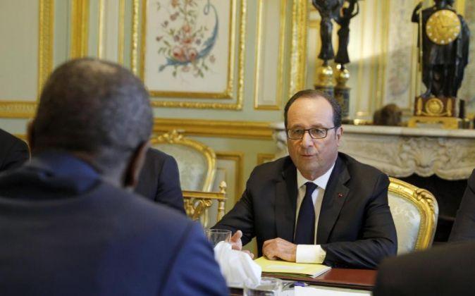 El presidente francés François Hollande (d) durante una reunión con...