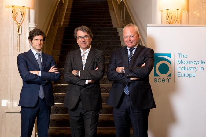 De izquierda a derecha, Michele Colaninno (Piaggio & C. SpA y...