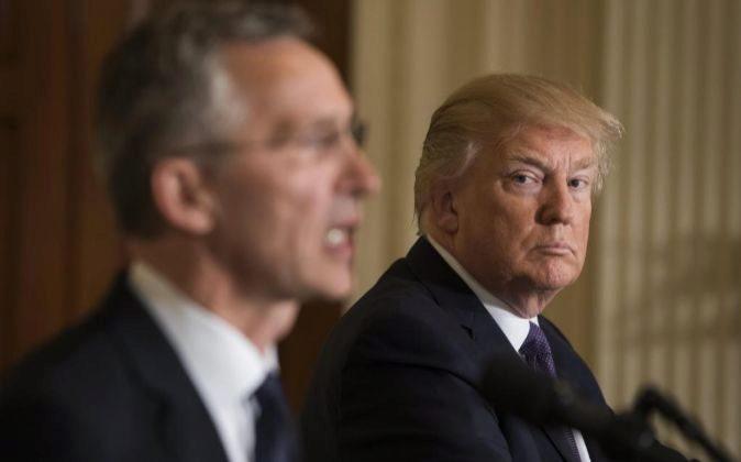 El presidente de EE.UU. Donald J. Trump (d) y el secretario general de...
