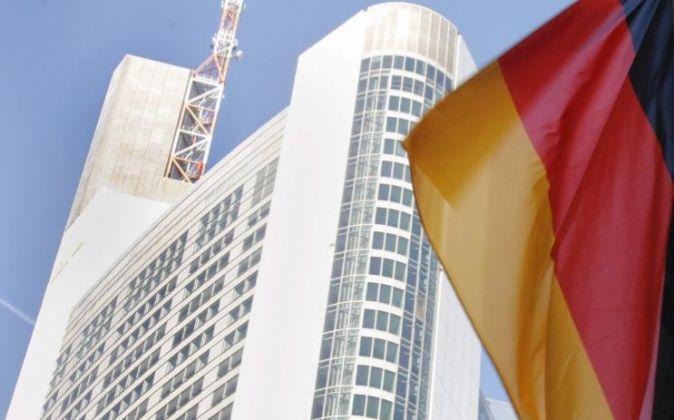 La bandera alemana ondea delante de la sede del Commerzbank en...