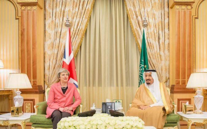 Fotografía cedida por la Saudi Press Agency (SPA), del rey saudí,...