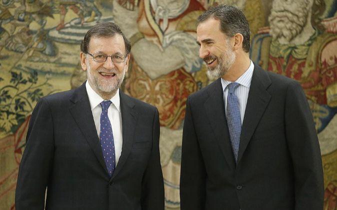 El presidente del Gobierno, Mariano Rajoy y el rey Felipe VI conversan...