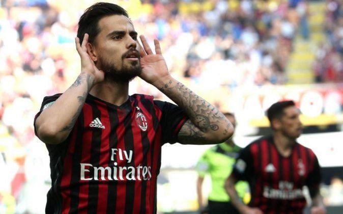 El centrocampista español del Milán, Suso, celebra un gol.