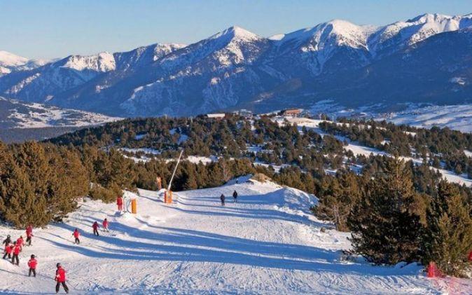Los niños aprenden a esquiar en un entorno muy seguro en esta...