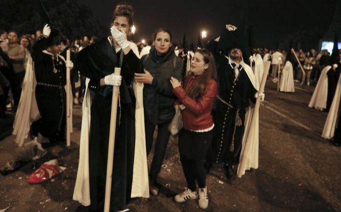 Nazarenos de La Esperanza de Triana tras sufrir una estampida durante...
