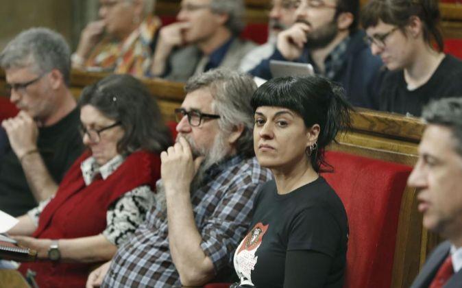 La diputada de la CUP, Anna Gabriel (d), durante el pleno del...