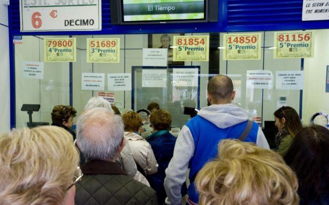 Gente comprando lotería en Doña Manolita