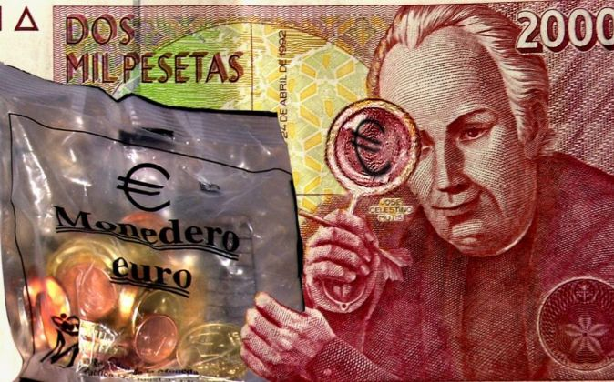 Billete de dos mil pesetas cogiendo el euromonedero.