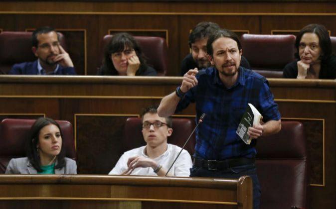 El líder de Podemos, Pablo Iglesias (d), junto a Iñigo Errejón e...
