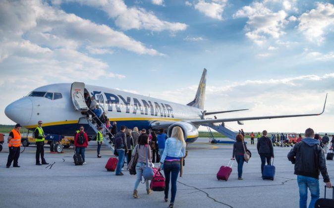 Pasajeros subiendo a un avión de Ryanair.