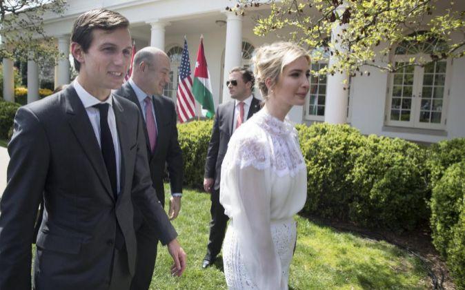 La primera hija de Estados Unidos, Ivanka Trump (d), junto a su...