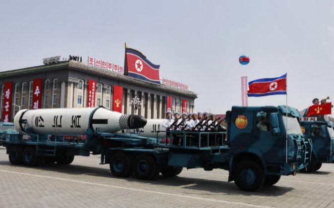 Un vehículo militar con dos misiles a bordo participa en un desfile...
