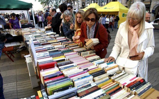 Paradas de libros en el centro de Barcelona por Sant Jordi, en una...