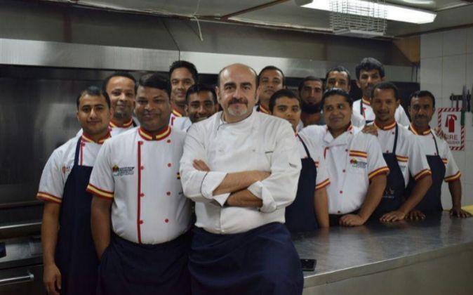 Marcial Arce y su equipo de cocina en Copasa, en Arabia Saudí.