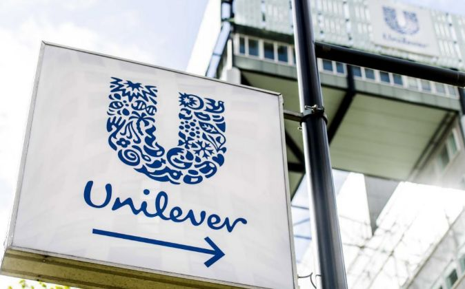 Vista del logo de la marca Unilever en una tienda en Róterdam,...