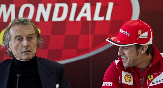 Luca di Montezemolo, en una rueda de prensa con el piloto español de...