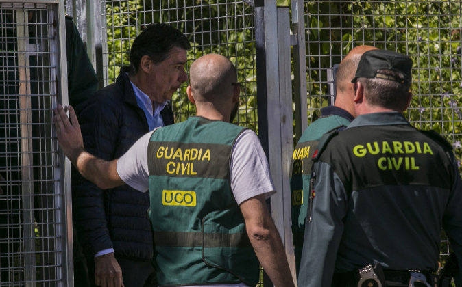 Ignacio González, custodiado por agentes de la Guardia Civil.