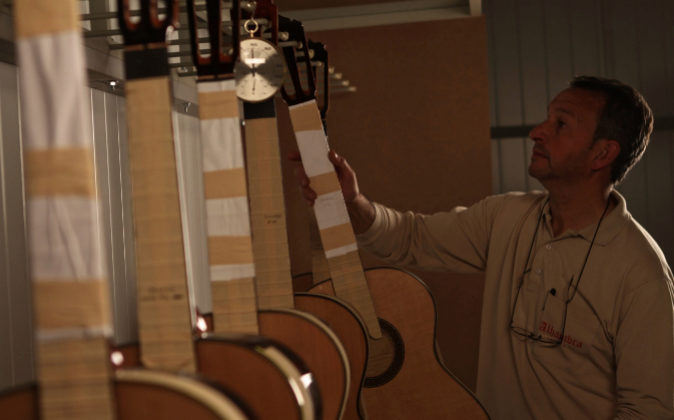 Técnico de Alhambra colgando instrumentos para su secado.