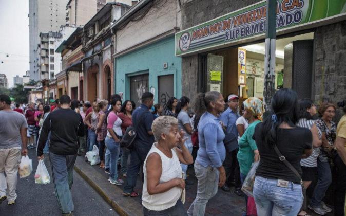 Imagen de archivo de ciudadanos venezolanos haciendo cola para comprar...
