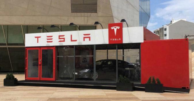 Imagen de la 'tienda itinerante' de Tesla junto a la Casa da...