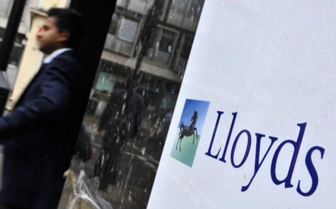 Un cliente sale de una oficina del banco británico Lloyds en Londres.