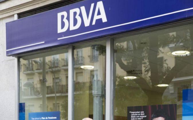 Foto de un banco BBVA.