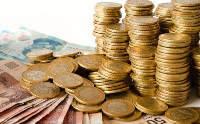 Pila de monedas y billetes